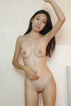 Sexy real Chinese girl naked on webcam